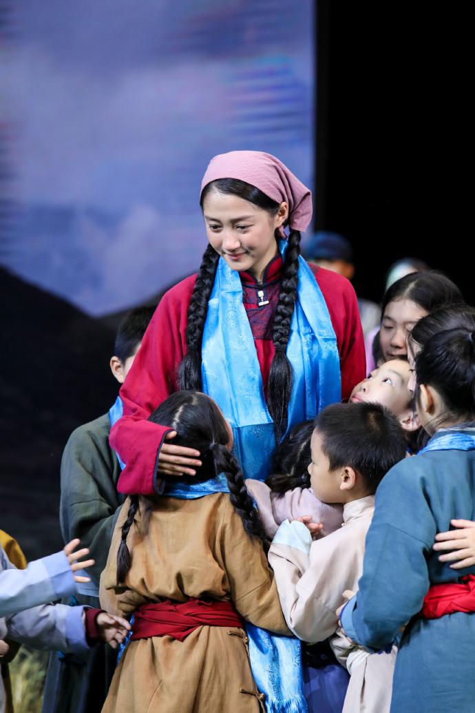 关晓彤演28个孩子母亲被嘲?撒贝宁:未婚女孩做这事值得尊重