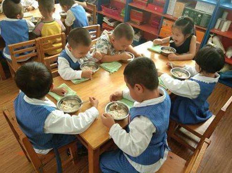 【午餐是番茄鸡蛋面,孩子却说没吃到鸡蛋,幼儿园的解释令家长不满】图2