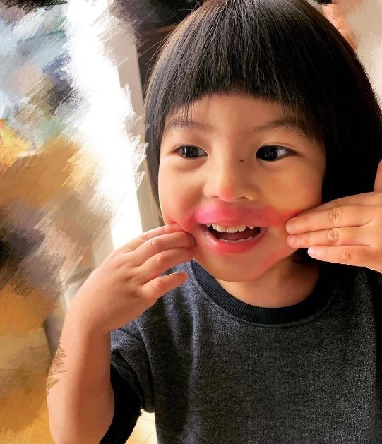 賈靜雯吐槽4歲波妞偷拿她口紅,畫腮紅眼影,自我感覺還超美萌翻