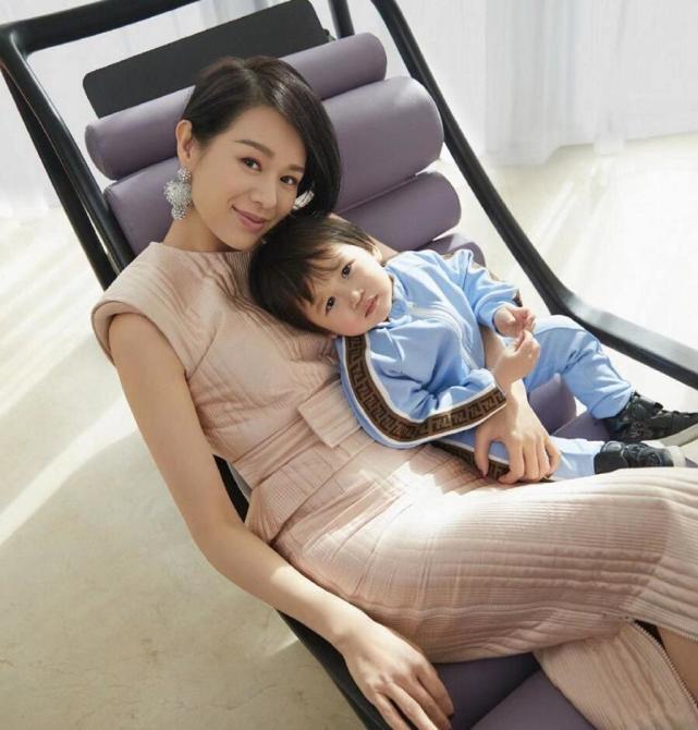 胡杏兒首度攜小兒子合體登雜誌,不滿2歲的李奕霖撇嘴皺眉像哭過