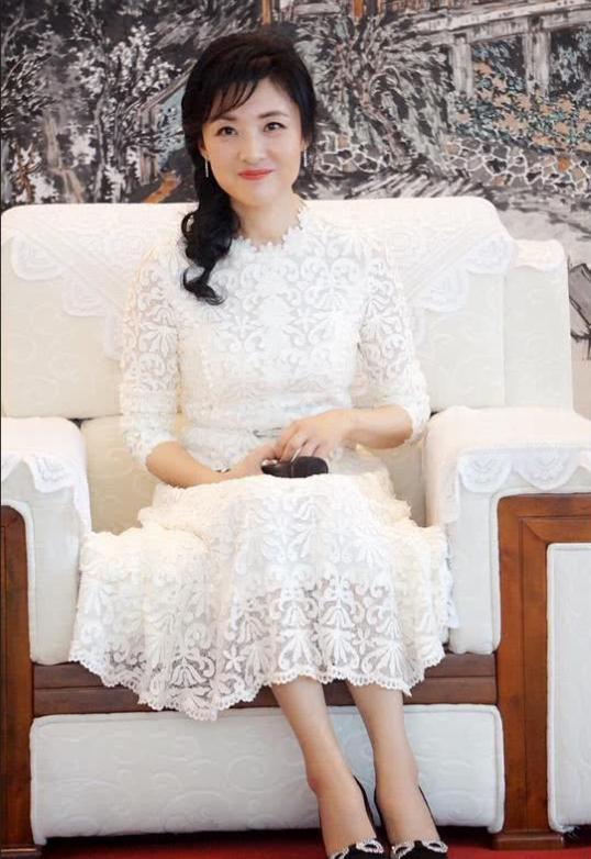 53岁周涛越来越年轻,编织发穿白色西服套装站C位,大妈嫩成阿姨