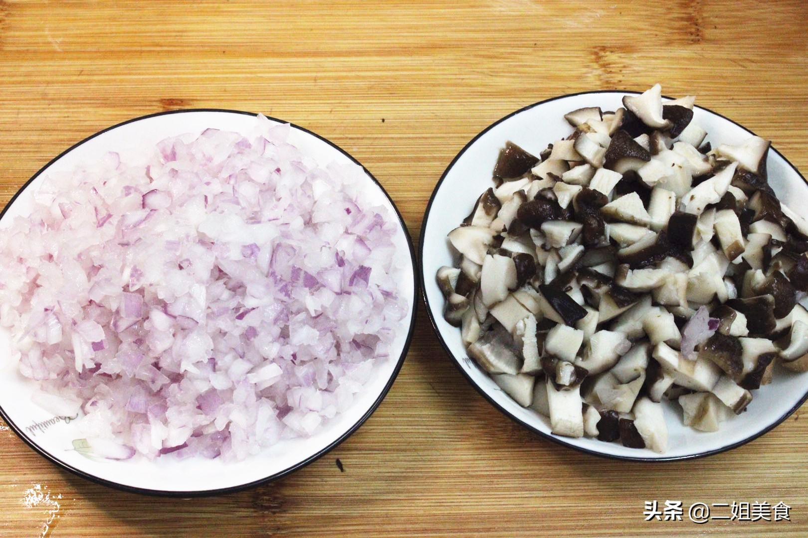 鸡肉和香菇搭配,做盒子没想到这么好吃,比韭菜馅香,比肉馅解馋