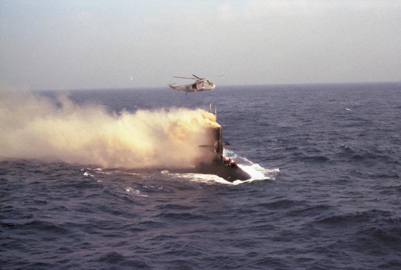美军北梭鱼号潜艇爆炸,大火席卷,3人被烧成焦炭,艇员蜂拥逃窜