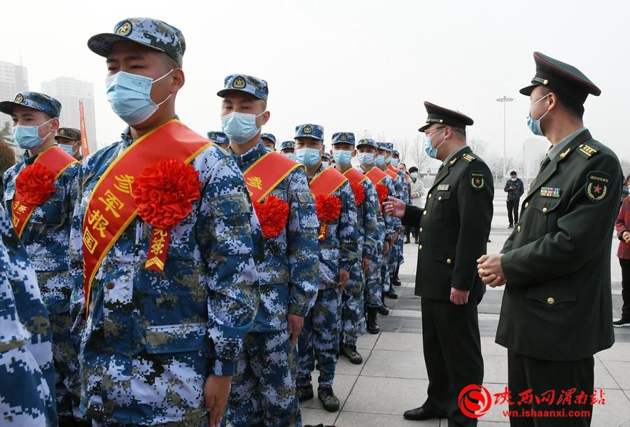临渭区165名新兵踏上军旅征途(组图)