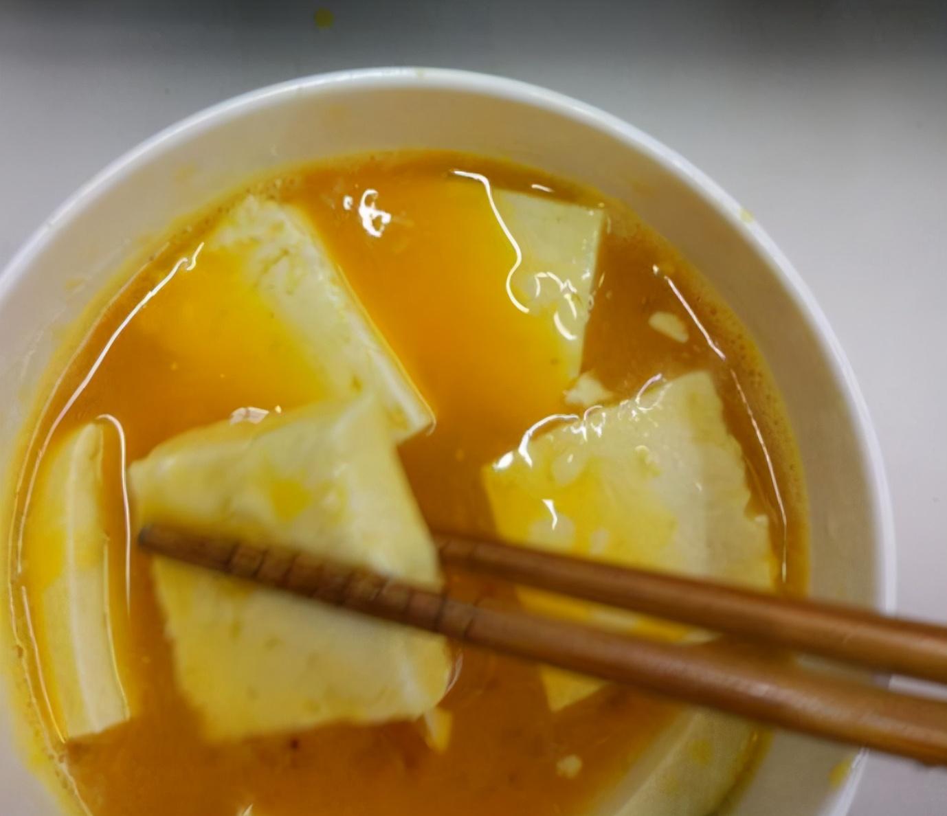 煎豆腐时,直接下锅煎就错了!学会3技巧,不粘锅不掉皮,也不碎