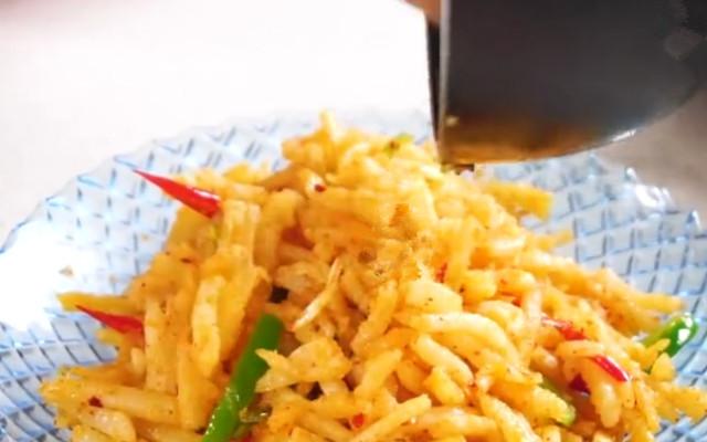 土豆新吃法 陕北洋芋擦擦做法 口感筋道有嚼劲 拿肉都不换