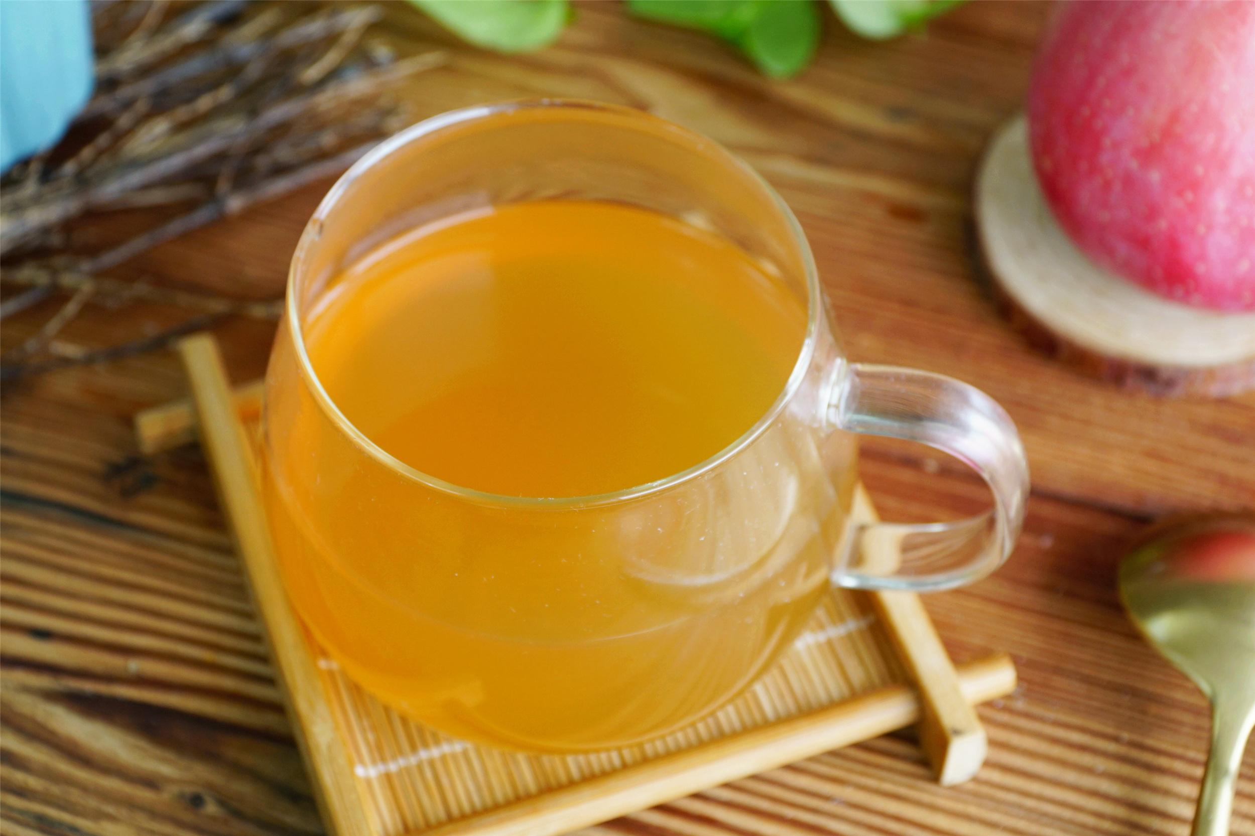 春天,常用蘋果和茶葉一起煮,堅持飯後喝一杯,中老年人更需要