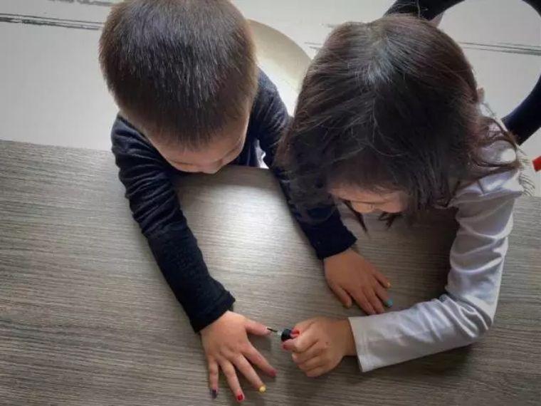 3岁孩子进入审美敏感期,爱涂口红和指甲油,好妈妈该抑制吗?