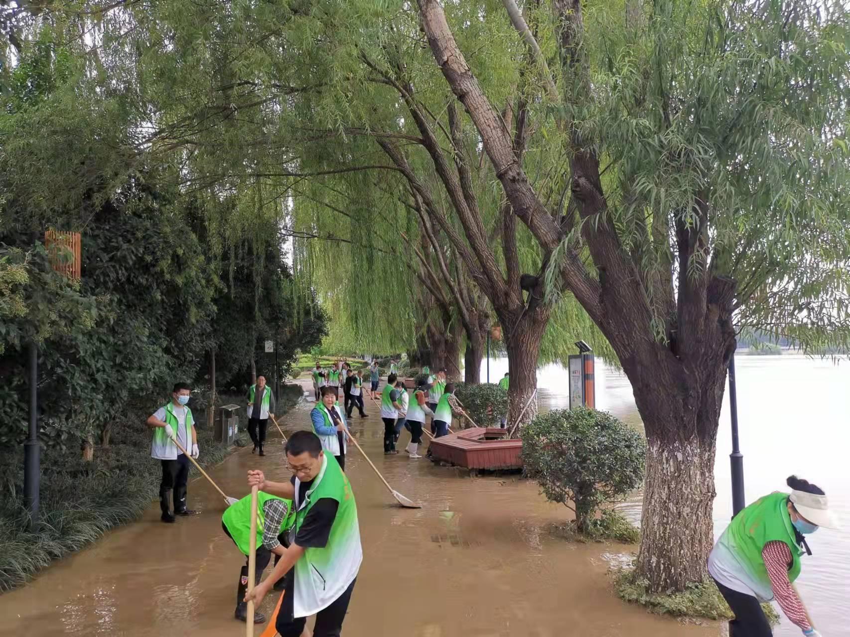 清晨起行动!500余名漯河城管展开清淤