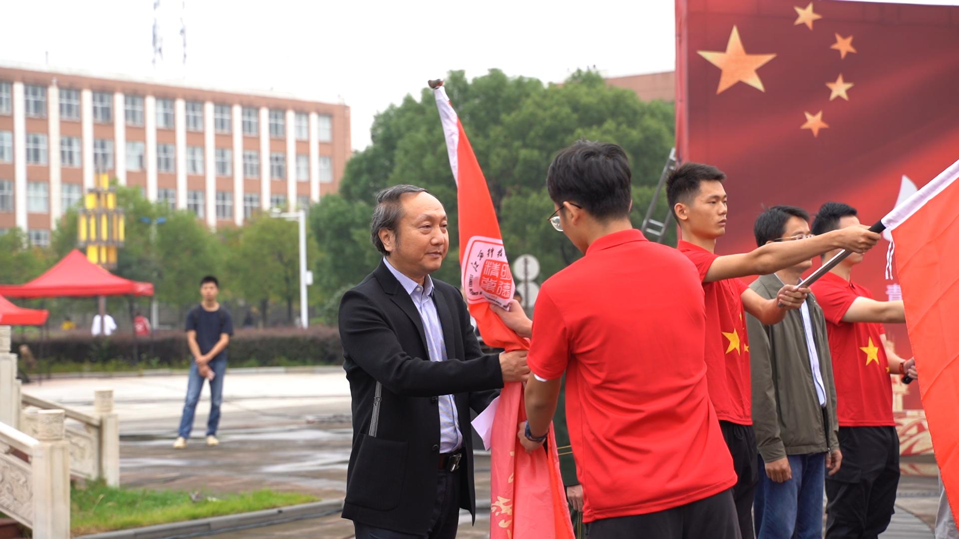江西科技师范大学:2020名新生向国旗敬礼 向祖国致敬
