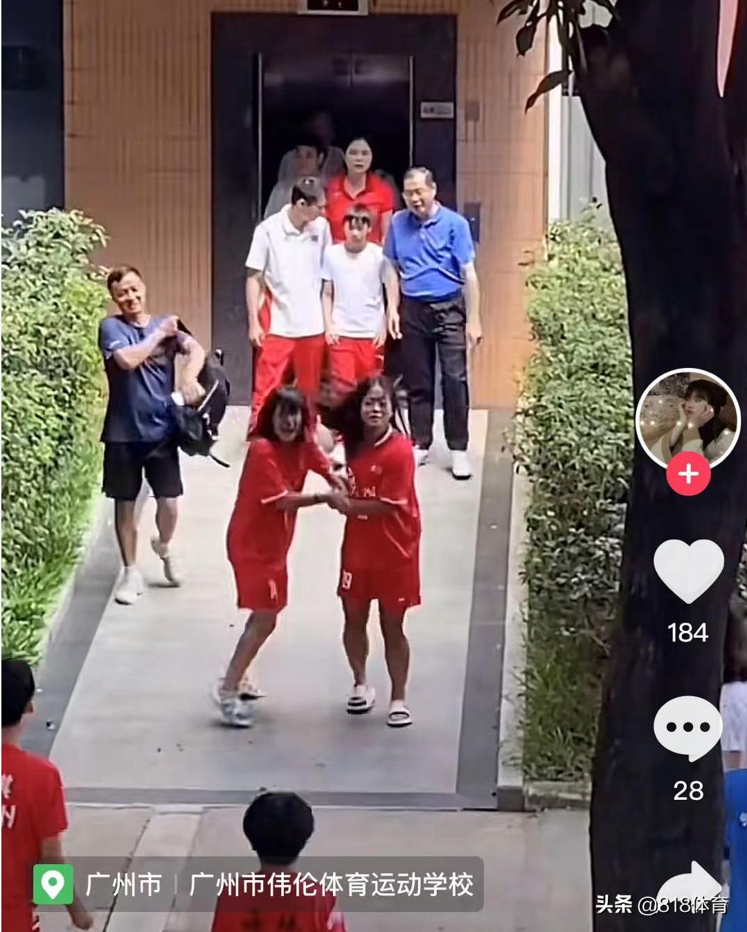 万人迷!全红婵回母校被男女足队员追星,询问何教练给大家一一签名