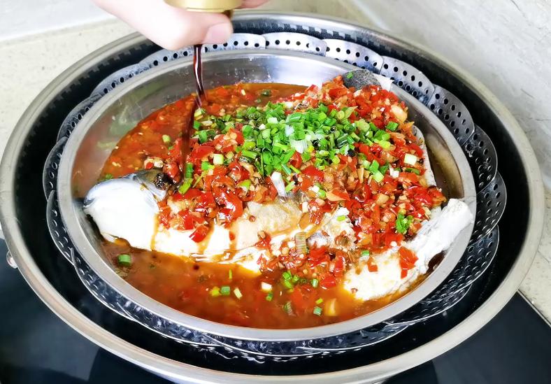 湘菜大厨教你秘制做法,鱼肉鲜嫩还不腥 剁椒鱼头 第7张