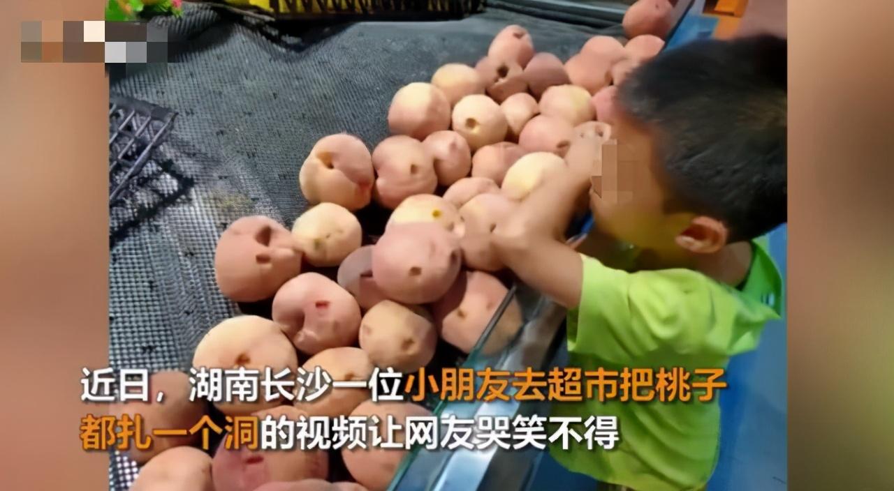 小男孩把超市桃子全戳了个洞,妈妈包圆,网友:回家有你好果子吃