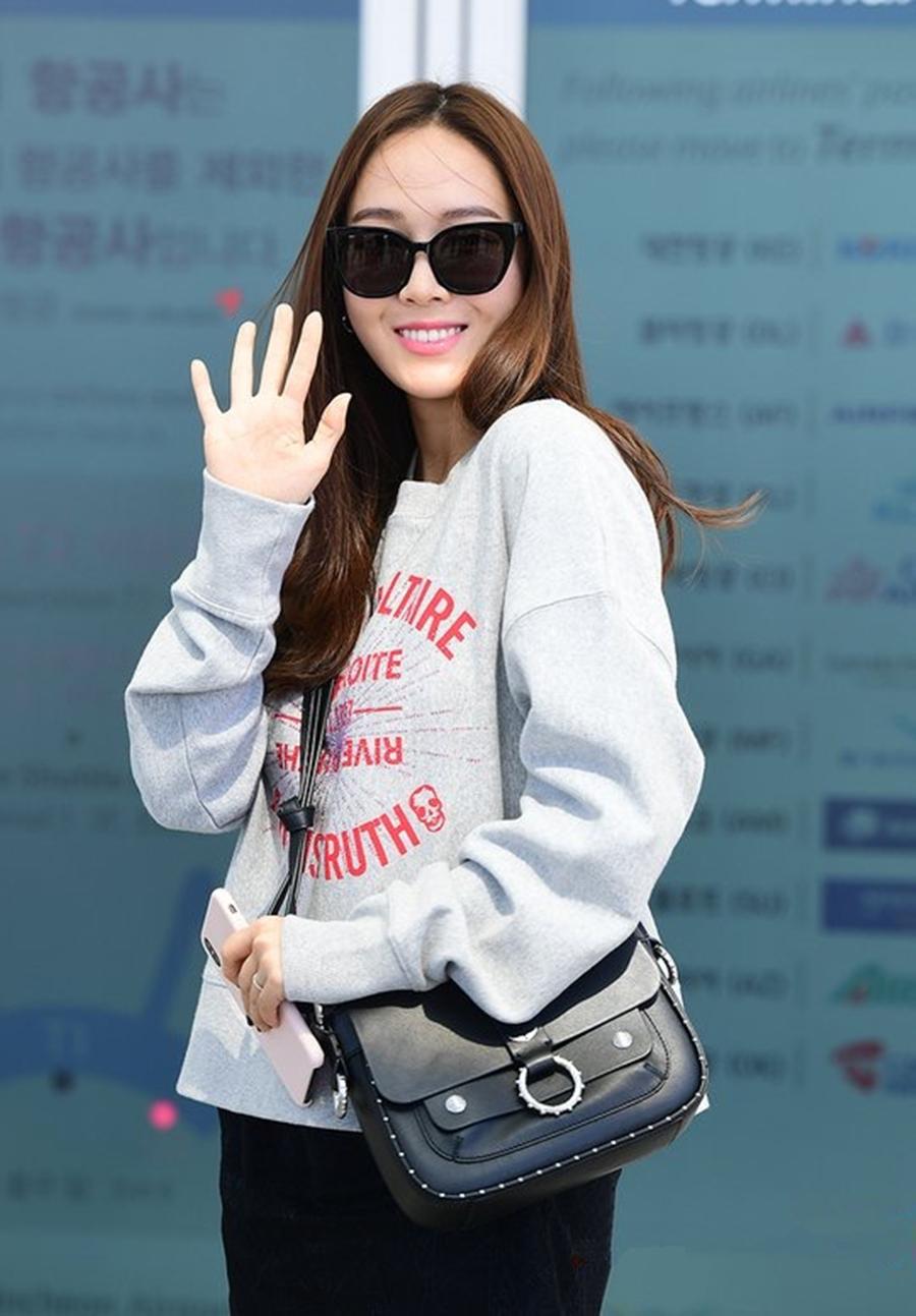 郑秀妍穿字母卫衣走机场,搭蕾丝半裙展现女性魅力,漫画腿太出挑