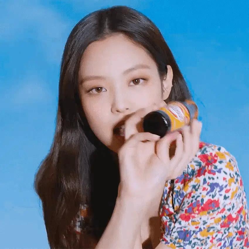 Jennie拿下新代言:恋情曝光后广告一个没掉,完然不理非议