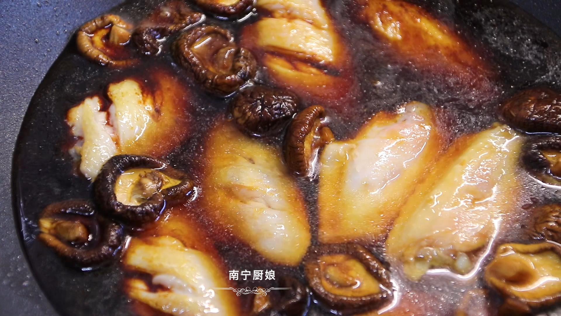 做红烧鸡翅,很多人下锅前就做错了,难怪做出来肉质发柴、腥味重