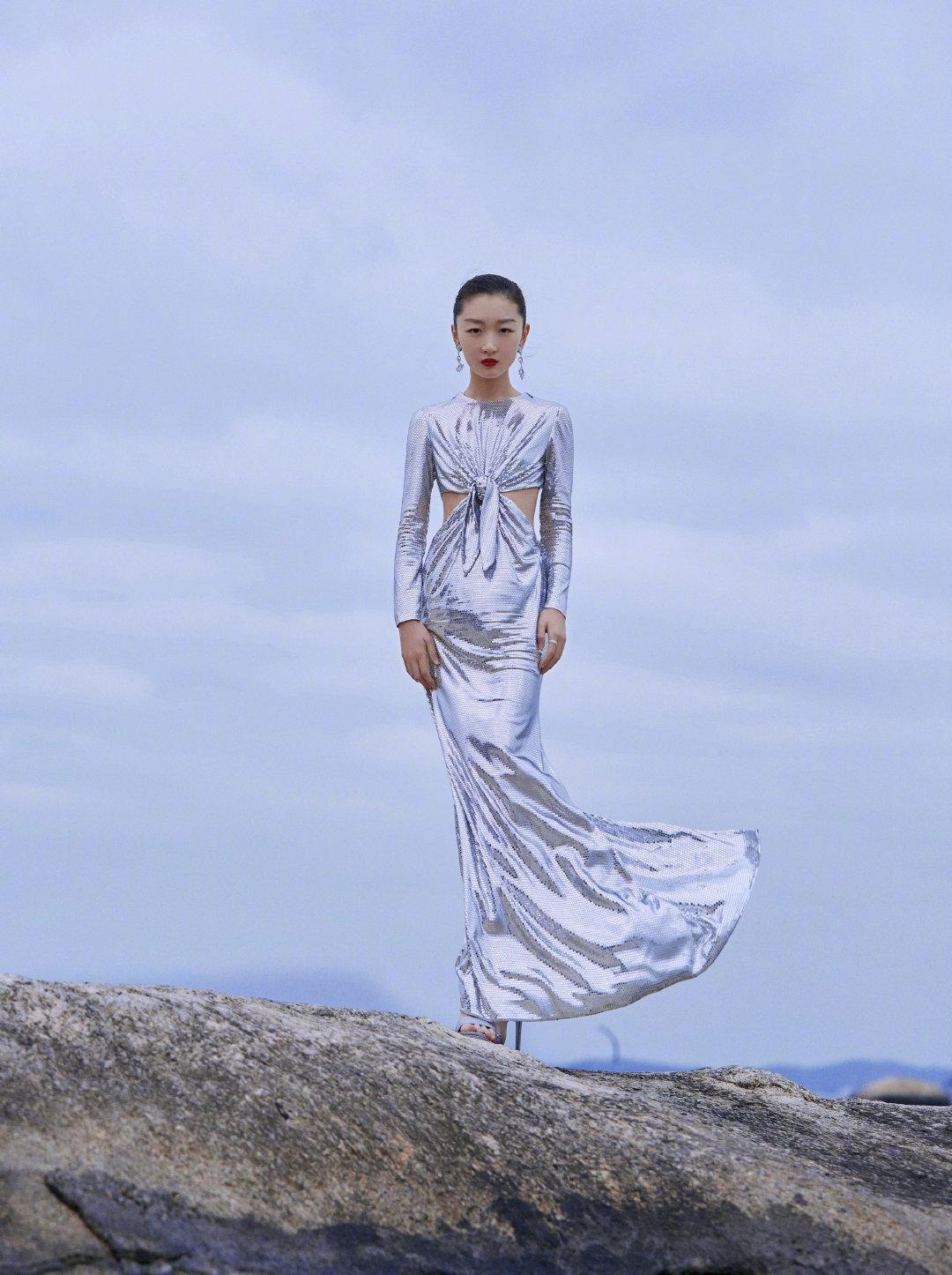 周冬雨银色镜面礼服亮相,造型独特,新晋三金影后表现力MAX