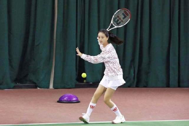 森碟全副武装打网球,一身肌肉展健康美自信大方,被赞养女儿模板