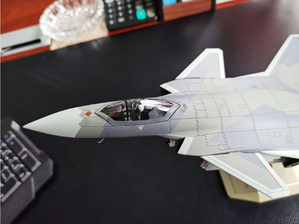 歼-20模型曝光,主弹仓带6发导弹!流畅机身外形酷炫十足