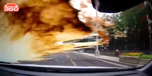 疯狂别车,还朝人家挡风玻璃上泼奶茶?这个司机引起全网公愤