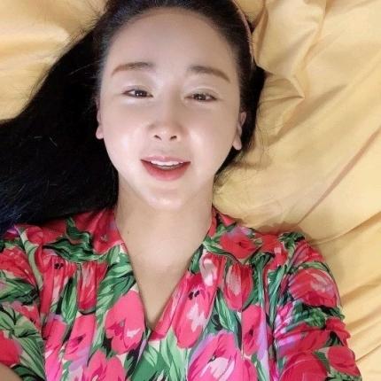 咸素媛,和丈夫陈华去哪了?穿裙子半躺着微笑:中国婆婆是我姐妹