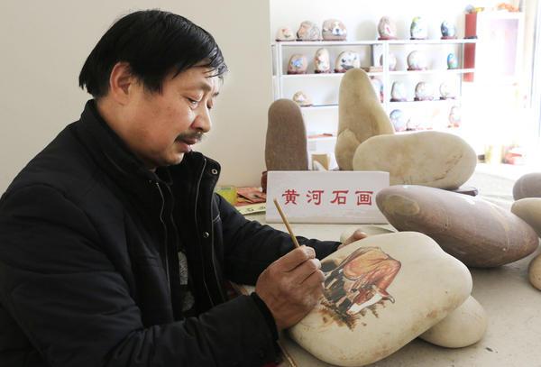 """洛阳农民画家捡黄河石画""""萌牛""""迎新春"""