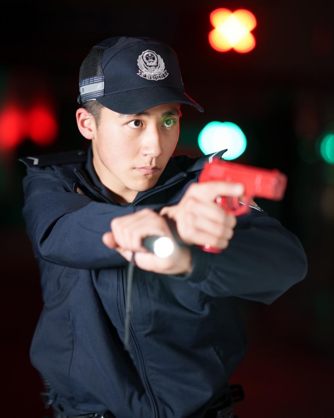 警校生在公交车上抓小偷被威胁,单手控制霸气回怼:我是警察,不怕你