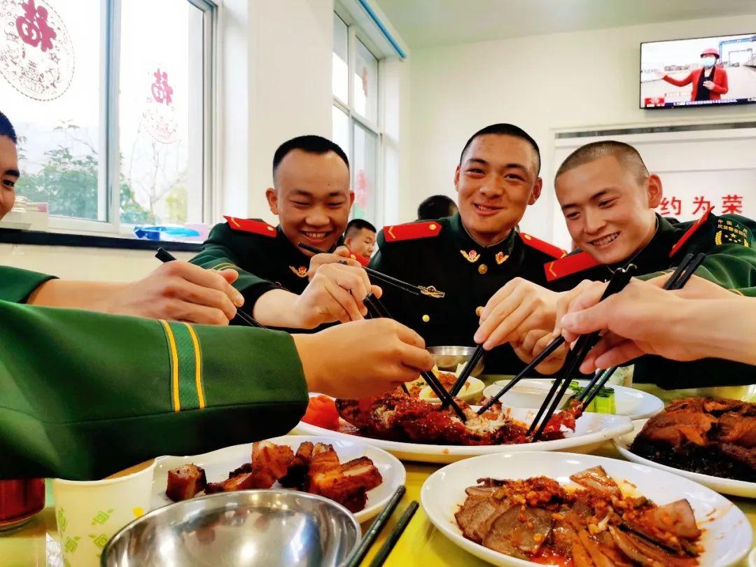 """兵哥哥的""""年夜饭"""",看看哪个单位的伙食你最喜欢?"""