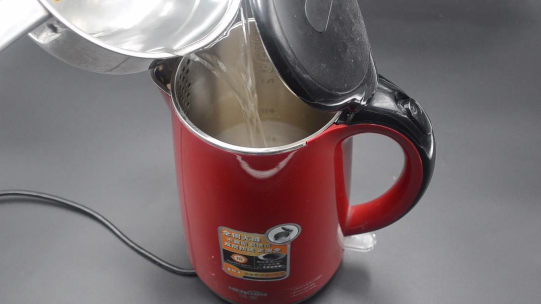 今天才知道,把鸡蛋放进电热水壶里,用途真厉害,看完长见识了