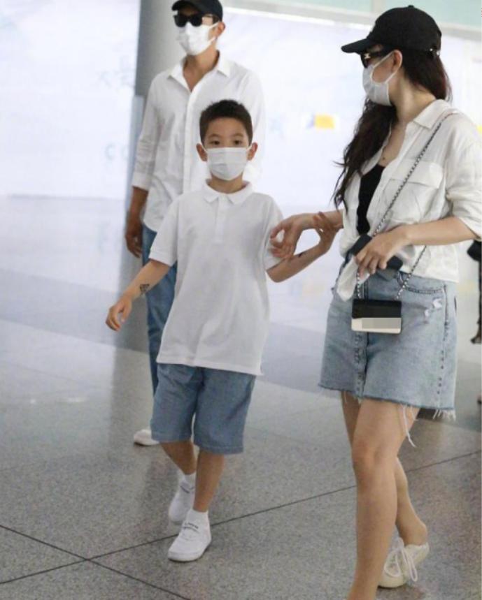 杜江带嗯哼现身机场:一身简约服装如小正太,谁料他的身高更吸睛