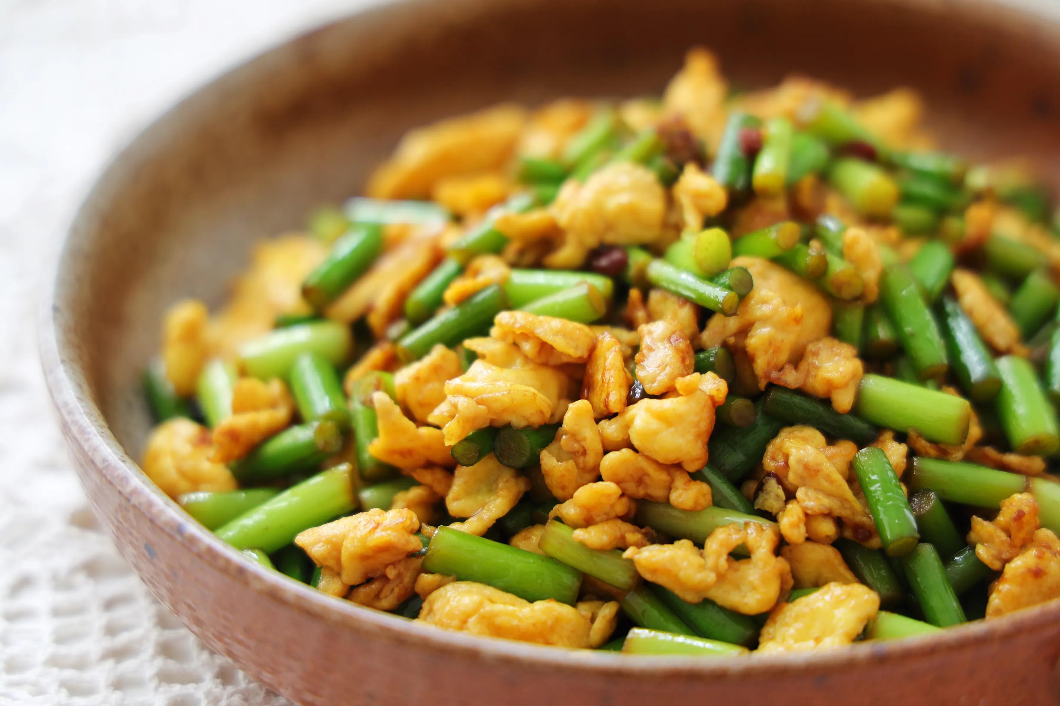 鸡蛋和蒜薹的新吃法,酱香美味,鲜嫩好吃,特下饭!一定要试试 美食做法 第3张