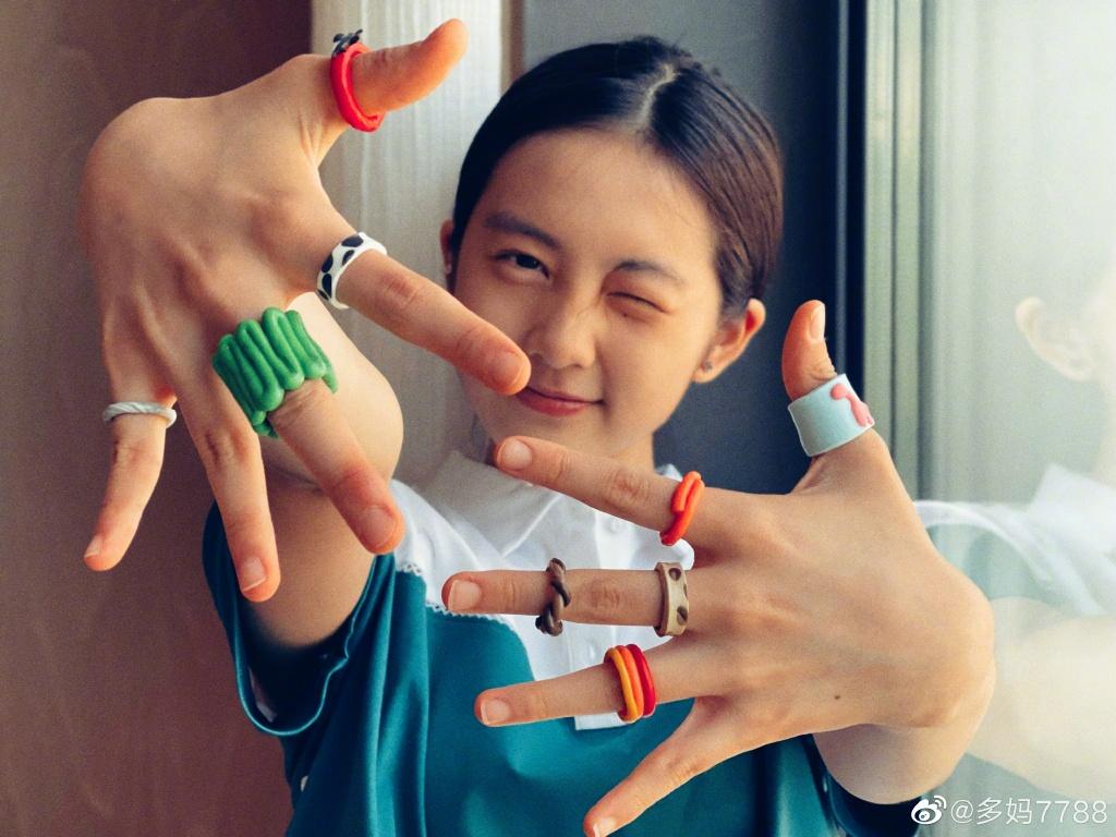 孫莉曬多多和何炅排練話劇,15歲多多氣質靈動,身材曲線愈發明顯