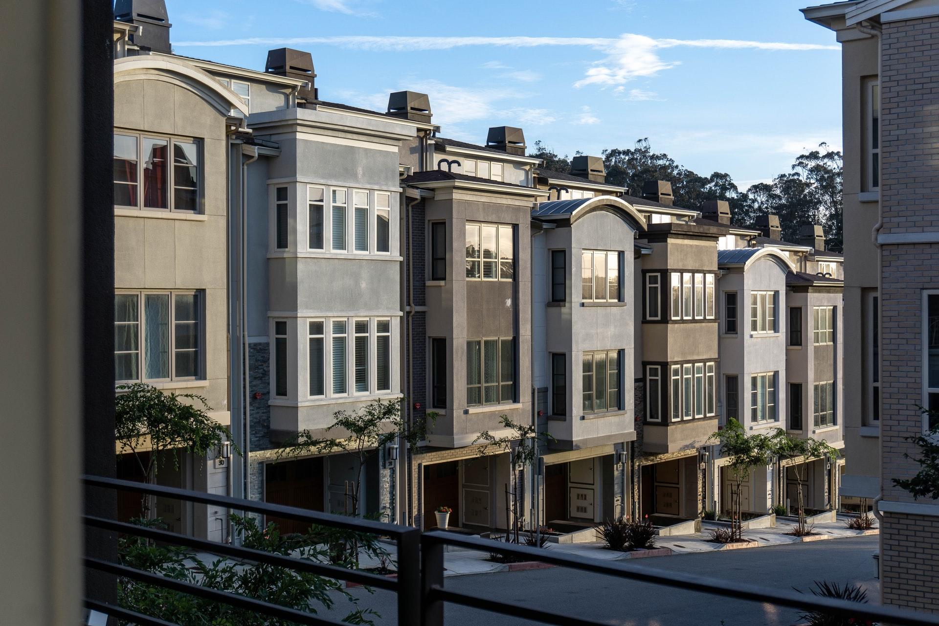 硅谷抢房战:为买一套120万美元的别墅,购房者扎帐篷排队过夜