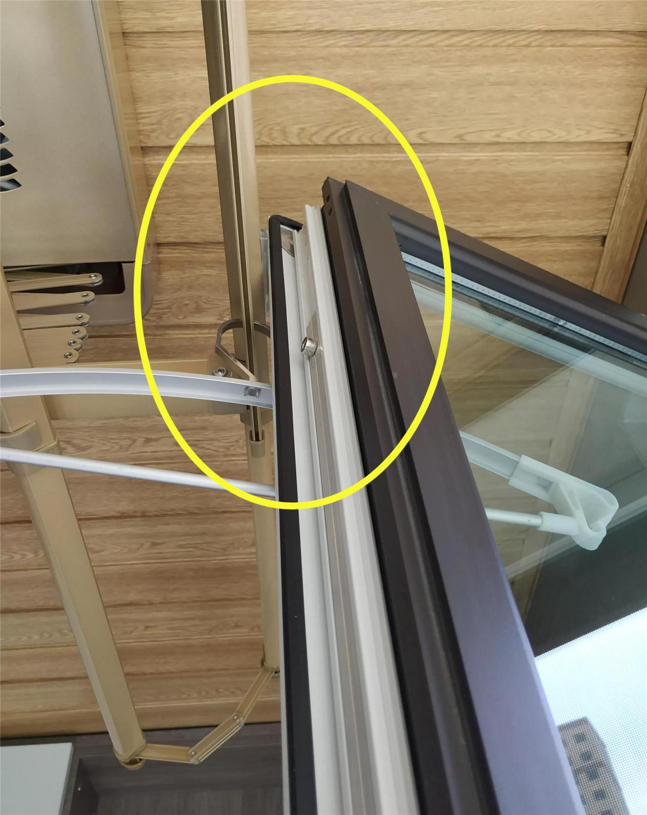 阳台装电动晾衣架,这位置选的真尴尬,窗子打不开,衣服靠闷干