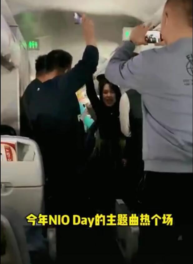 """深圳一飞机上乘客""""不戴口罩聚集蹦迪"""",下机高喊:成都我们来了"""