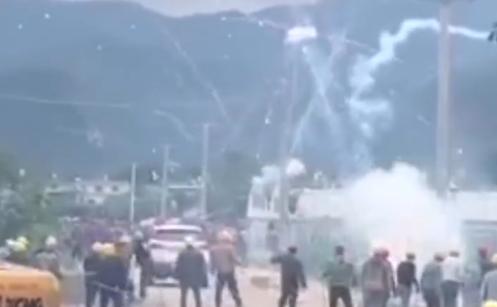 因土地纠纷两村村民互射烟花,警方出动多辆警车