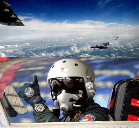 """""""立即驶离,否则后果自负!""""我方空军霸气喊话,成功驱离外军机"""