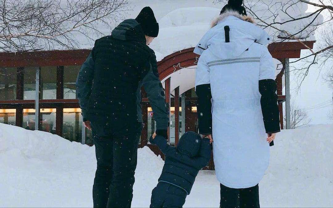 杨颖再被偶遇独自带娃,4岁小海绵已有妈妈齐腰高,又不见黄晓明