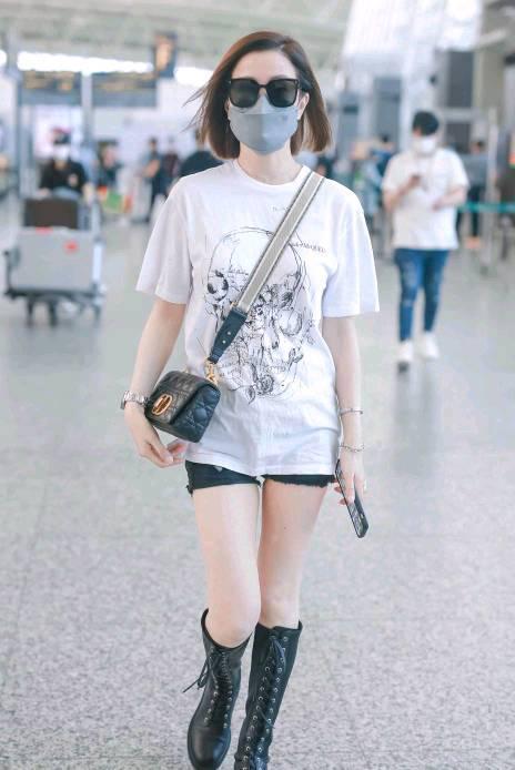 """佘诗曼虽然是阿姨辈了,机场还凹""""下衣失踪""""秀腿,真挺好看的"""