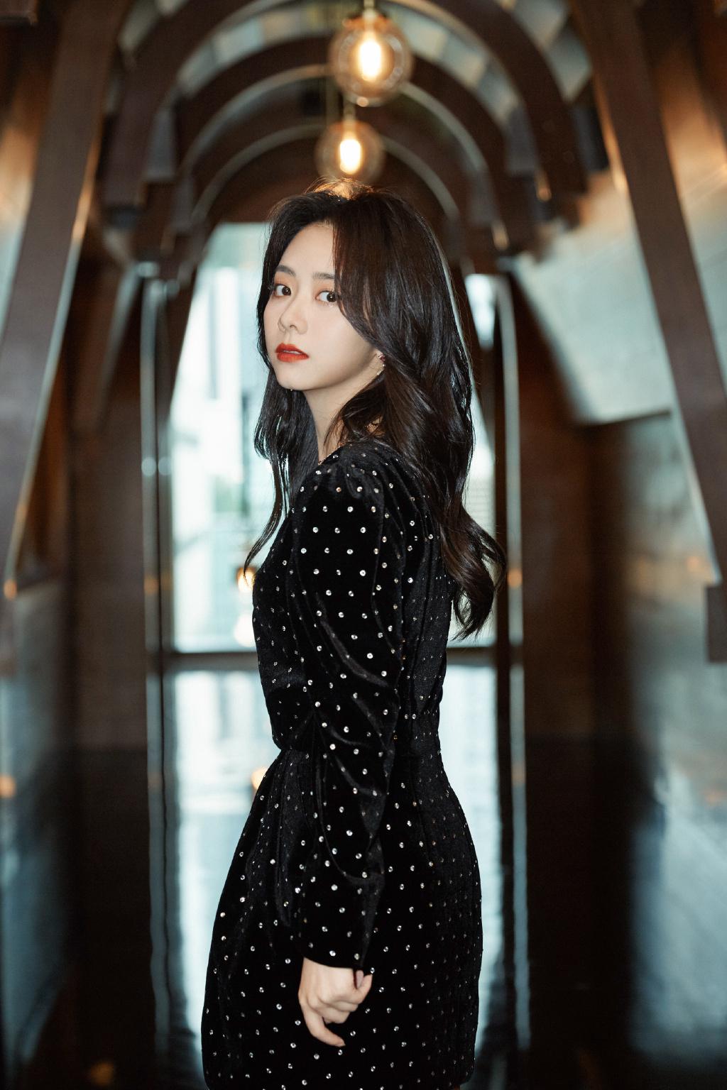 谭松韵出席活动造型,身穿复古黑丝绒裙,优雅灵动,状态在线