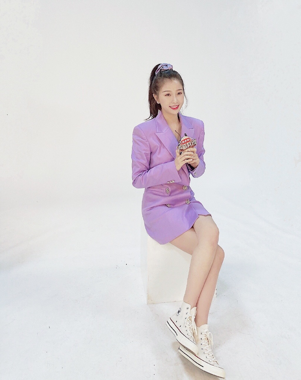 """虞书欣晒库存照,黑色连衣裙大秀""""漫画腿"""",钻石包成功抢镜"""