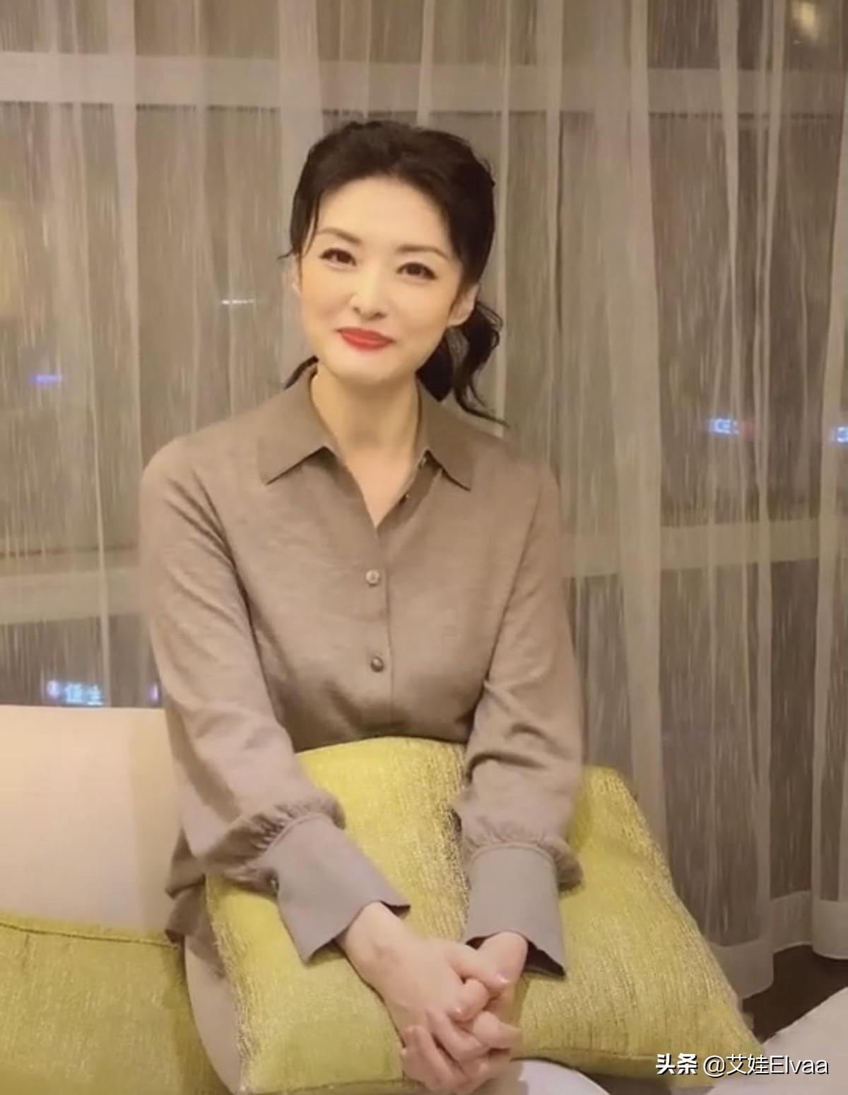 前央视主持美女周涛太瘦了,168cm撑不满衬衫,巴掌脸快嫩出水来