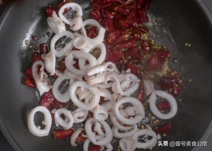 嫩滑爽口的香辣鱿鱼圈,鲜香味美,营养解馋 美食做法 第4张