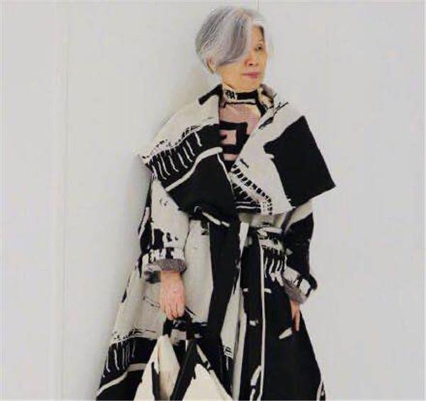叶惠美女士真是时尚教母!周董晒妈妈穿搭照,酷炫装扮朋克十足