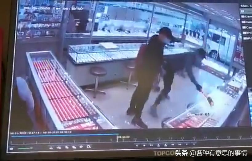 25日,香港发生大劫案,歹徒劫走接近100万金器