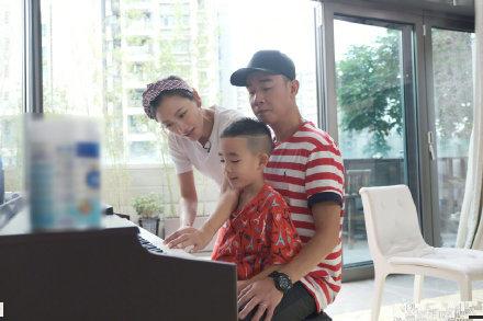陈小春教儿子弹钢琴,jasper被爸爸抱怀里,应采儿在旁指导