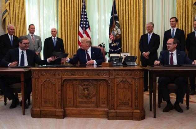 特朗普已名存实亡?白宫召开记者会,小桌子暴露了当下处境