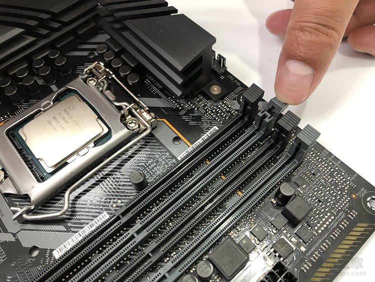 台式电脑内存条怎么装上去?台式机内存安装图解方法教程