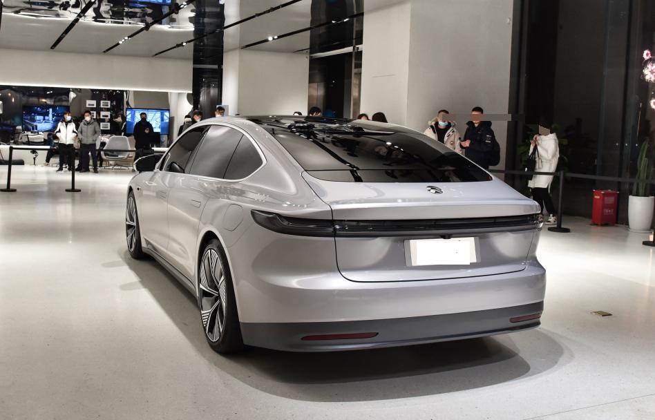 蔚来首款轿车亮相,续航超1000KM,特斯拉降价也因为它