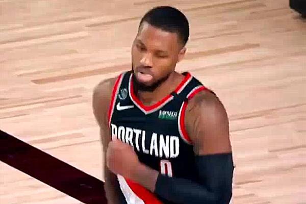 【影片】唱跳Rap籃球!還剩五分鐘時,Lillard剛投中超遠三分,聽到音樂在場上翩翩起舞!